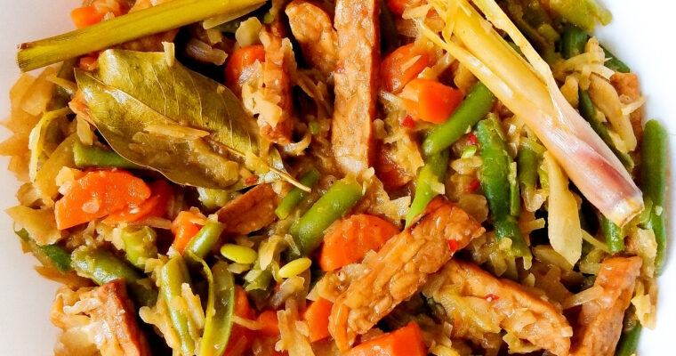 Vegetables in Indonesian curry with tempeh (Sayur Oblok)